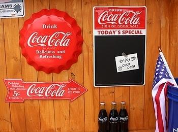 コカコーラアルミ看板 ボトルキャップ 矢印 チョークボードサイン アメリカ雑貨屋 SUNBRIDGE