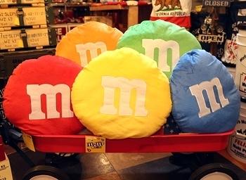 エムアンドエムズクッション M&M's アメリカ雑貨屋サンブリッヂ アメキャラ 雑貨通販